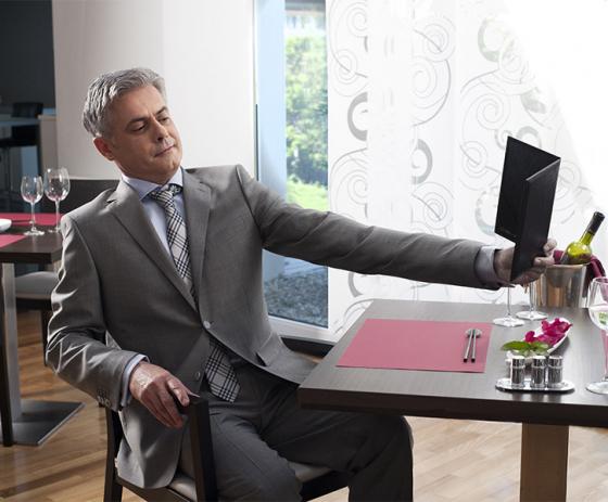 muž v restauraci při čtení jídelního lístku